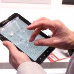 Tablette ordinateur en main