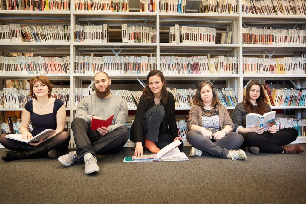 L'équipe de la bibliothèque d'Eqla avec, de gauche à droite : Chloé, Soufiane, Anne, Lætitia et Alexandra